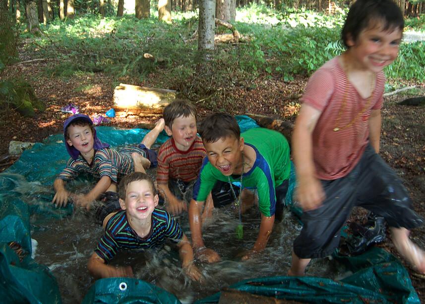 Kinder im Schlammbad
